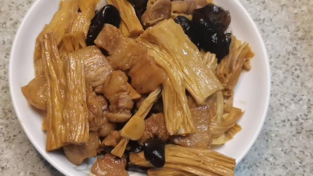 腐竹炒肉盖浇饭图片