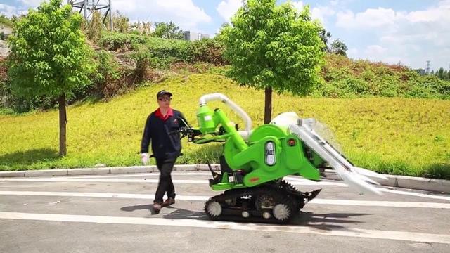 中国的小型履带式水稻收割机,在农村非常实用