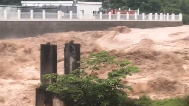 大凉山昨晚又下了一场暴风雨,好多房子又要遭殃了这洪水流的厉害