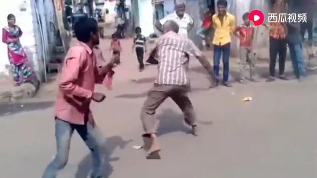 印度阿三打架都能打出来印度电影的感觉,随时插播尬舞!