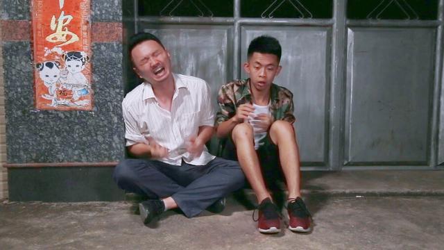 闽南语搞笑视频:因为十块钱,我的腿差点被打断