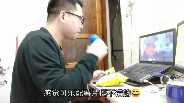 一个人吃饭喝白酒照片