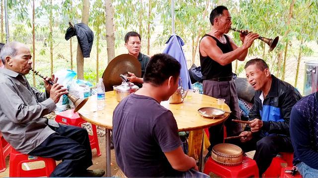 广西农村婚礼现场,传统乐器唢呐演奏热闹极了,外省的人听不惯