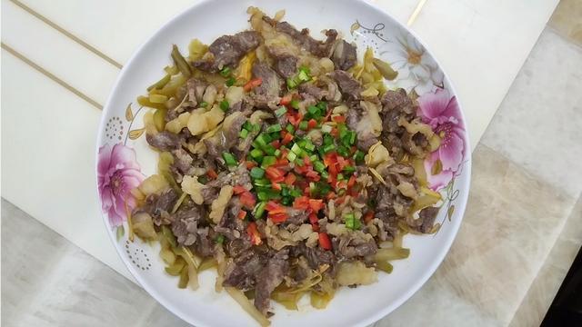 榨菜牛肉煲仔饭图片