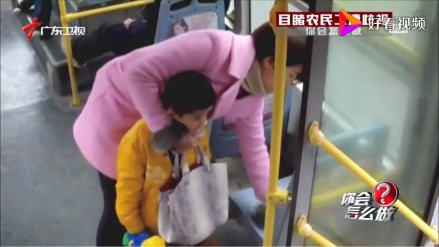 亲妈带三娃坐公交车 下车竟然落下一个 每日新闻报 20170812 ...