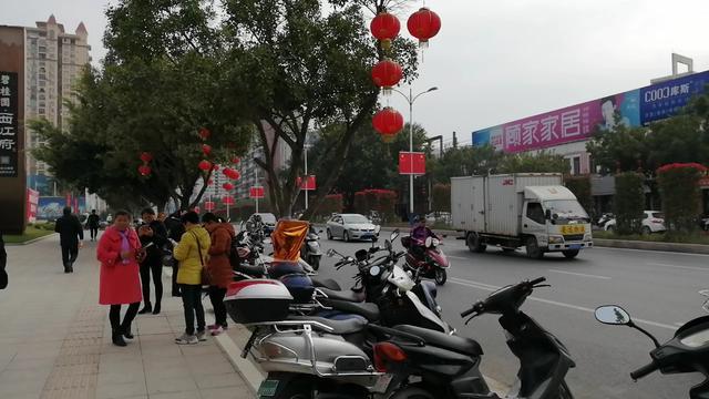 广西梧州:海骏达花园小区停车难,停车场爆满,车辆进出得挪车