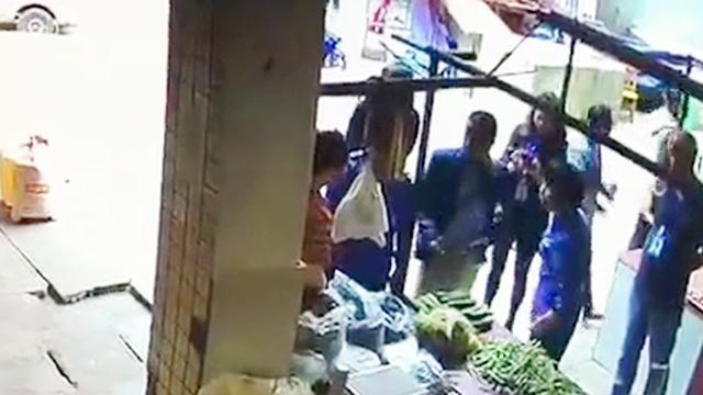四川一女城管队员执法遭推搡 情绪失控掌掴女商户被停职一个月