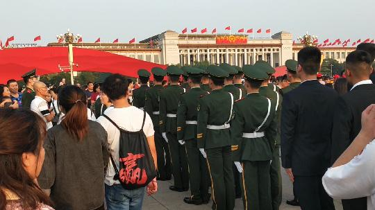 国庆节的天安门广场,大家纷纷跟武警战士合影留念,游客:太帅了