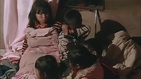一个八九岁的小孩照顾兄弟姐妹,感动了所有人