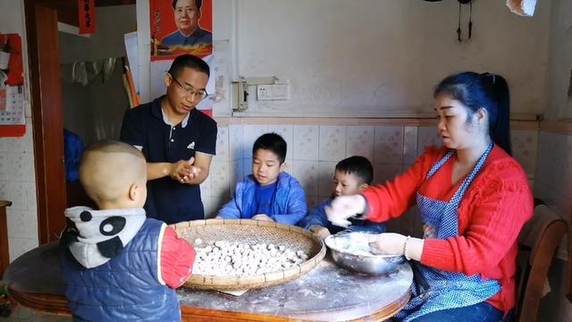 年三十阿蓉带领三个孩子做搓汤圆,老公看热闹也来帮忙