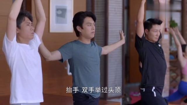 """三个大男人瑜伽健身房撩美女教练,结果被""""反杀""""……"""