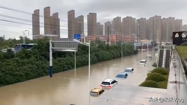 注意:暴雨来袭!安徽合肥突降暴雨多车被淹,道路积水有1米5深