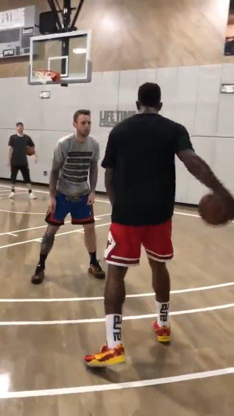 JR史密斯的训练视频,训练师是Chris Brickley,都是投篮方面的相关训练,姿势美如画!#NBA吐槽大会#