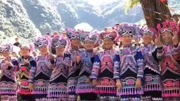 云南彝族少数民族的摸鱼节,游客很多, 来看看原生态的村落。