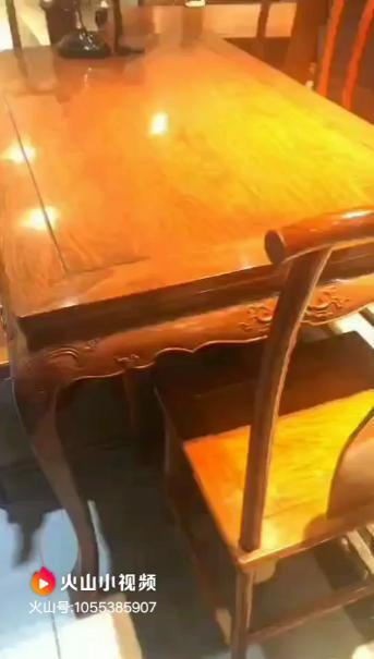 餐桌地下腿張開一點
