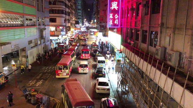 3月7日晚上10点香港旺角弥敦道 人来人往的街头 一片繁华热闹景象