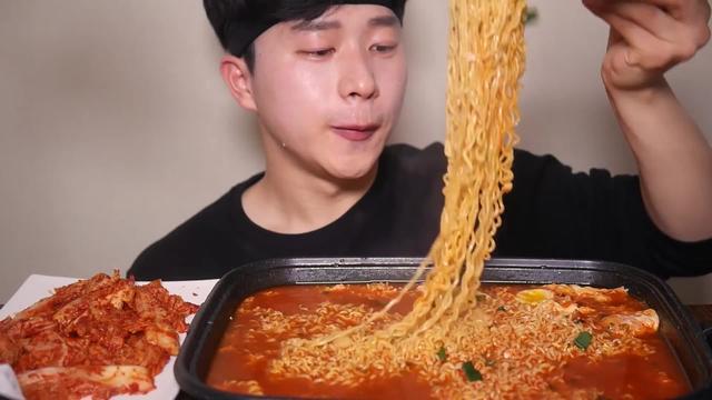韩国小哥吃播,吃火鸡面,韩国泡菜,辣的眼泪汪汪~