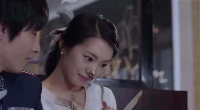 爱情:丁佳慧与赵毅甜蜜约会,竟主动喂他东西吃,赵毅不好意思了
