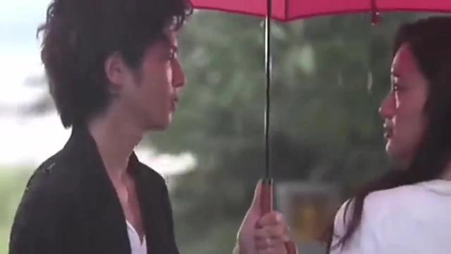 男子与美女雨中相遇,抛开雨伞浪漫拥吻,甜到爆炸!