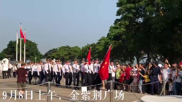 香港金紫荆广场,一群大学生顶着压力做了这样一件事…_环球国际
