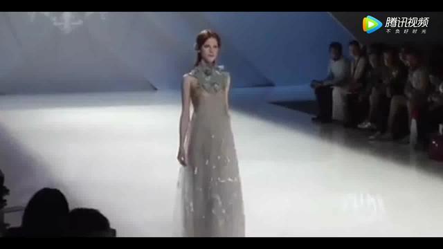 透明装时装秀_法国透明抖奶透明高清 视频在线播放 - 爱大笑