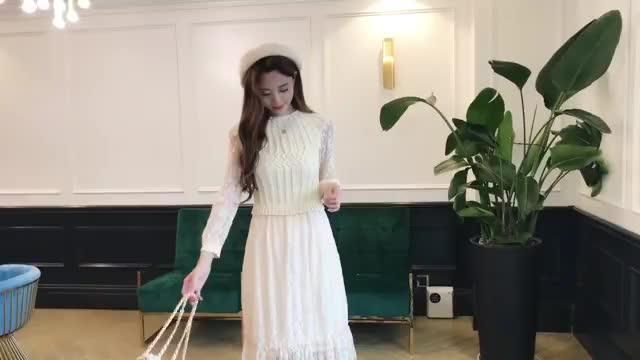 视频:2018秋装新款 欧美时尚优雅气质V领修身蕾丝拼接连衣裙