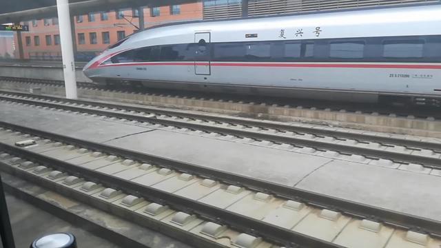 实拍中国高铁和谐号进站,运行速度真快,外国人不服气可真不行