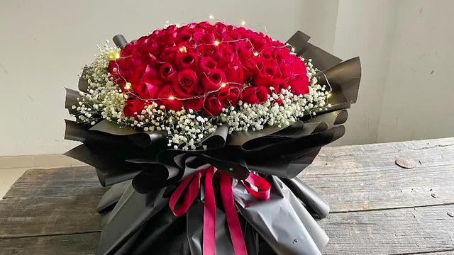 99朵红玫瑰花束图片