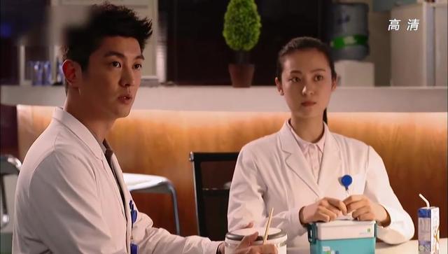 青年医生:艾小天做错事,被两个闺蜜孤立,坐在医院的椅子上哭泣