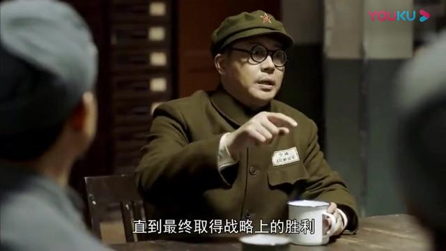 特赦-黄维请教陈赓讲抗美援朝局势,所有目光都集中在了一起