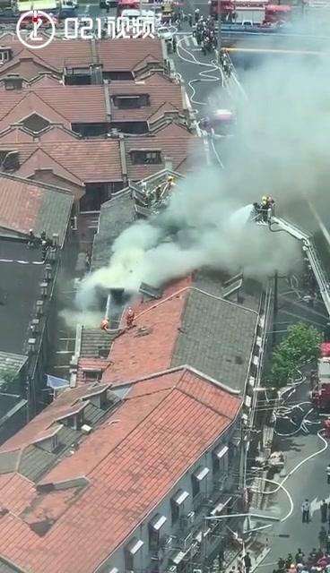 上海虹口区老式居民楼突发火灾,70多名消防员救援,无人员伤亡