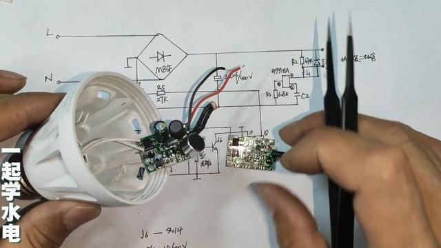 非常简单的一个小电路!小哥用铅笔给你演示!如何手绘电路图