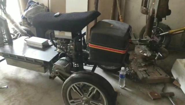 利用废旧摩托车,改装倒三轮,终于到了测试,但网友纷纷吐槽。
