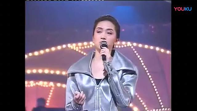 梅艳芳,徐小凤穿同款裙子演唱《风的季节》都是天后级别,好霸气