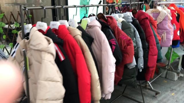 实拍:东莞童装街店主们都在搞特价衣服100起,你觉得款式怎么样