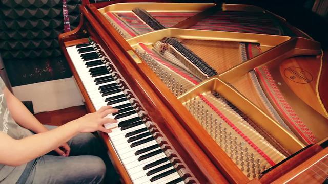 美女踩钢琴踏板图片