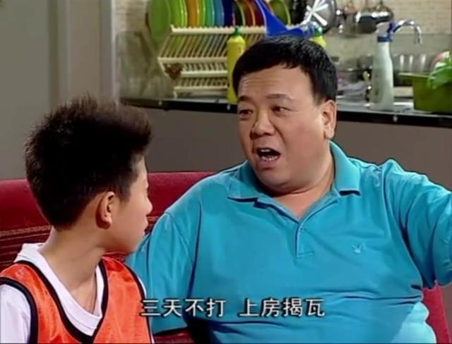 这还是刘星老爸胡一统吗?56岁马书良近照曝光,两鬓斑白街头啃饼