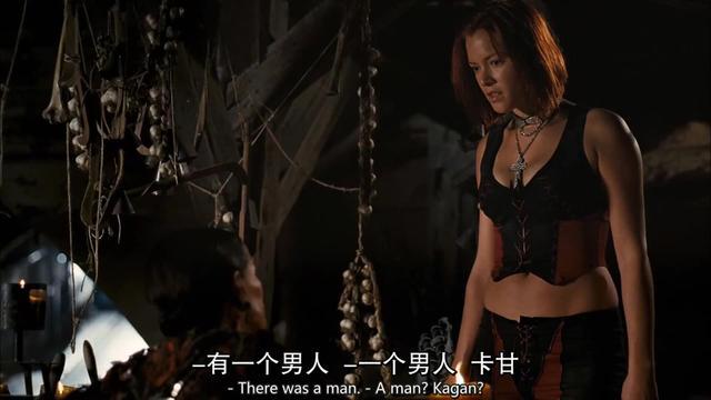 听到音乐的女雕像,手突然抬起来让吸血鬼吸血