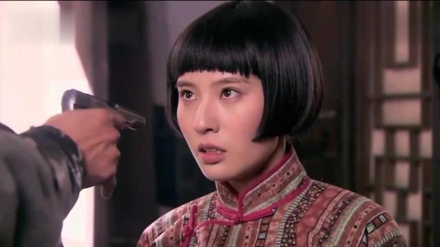 刀客家族:余化龙拿枪指女孩,不料葛大妮冲进来大喊她是蛇娃!