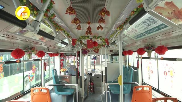 快来看!西安公交车司机装扮车厢 大红灯笼 福气满满迎新年