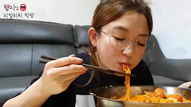 韩国美女吃播:最爱吃的火鸡面,一盆子下肚没吃饱,还要再吃甜点