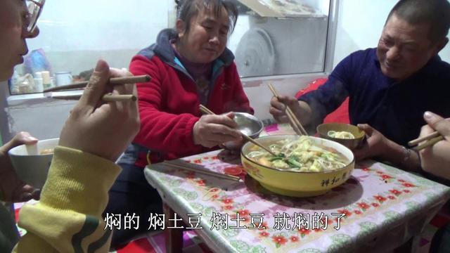 农村妈妈准备啥丰盛午饭?黄糕搭吶糕蘸麻辣豆腐,大黑吃得好馋人