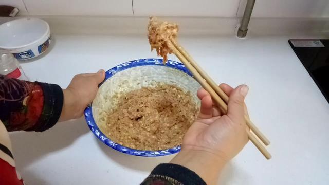 大厨教你做白菜猪肉馅饺子,饺子馅不出水,吃起来有嚼劲