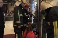 小男孩脚卡旋转门 台州临海消防紧急救援