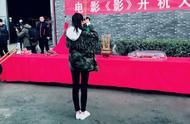关晓彤迷彩外套帅气逼人,背面的大片流苏迷之造型!