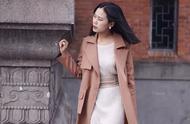 街拍穿搭:时髦与温度兼具,秋天就要穿上风衣出来嘚瑟