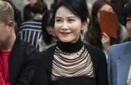 48岁俞飞鸿优雅亮相米兰时装周,黑衣红唇,温婉柔美风情万种