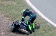 王一博赛车记录片曝光,因机械故障不得不退赛,默默躲在头盔里哭