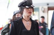 张韶涵一身黑衣暗黑风打扮现身 头戴漆皮贝雷帽白皙肌肤气色好