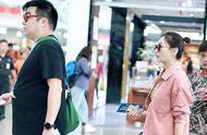 双喜临门?何雯娜疑似怀孕上热搜,与未婚夫现身机场超大钻戒抢镜